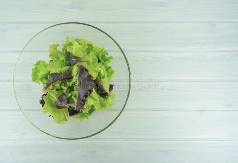 O alimento saudável da dieta da salada, bacia de salada saudável no fundo de madeira branco, tem o tempo do almoço, a dieta do ve imagens de stock
