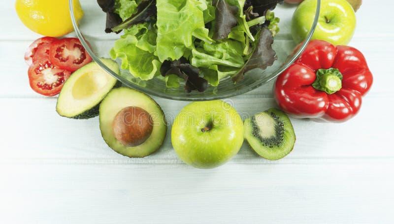 O alimento saudável da dieta da salada, bacia de salada saudável no fundo de madeira branco, tem o tempo do almoço, a dieta do ve foto de stock royalty free