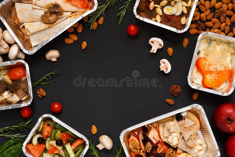 O alimento saudável leva embora nas caixas, fundo no preto imagem de stock