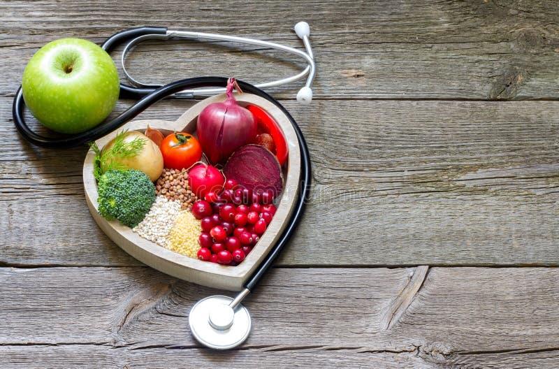 O alimento saudável no coração e o colesterol fazem dieta o conceito fotografia de stock royalty free