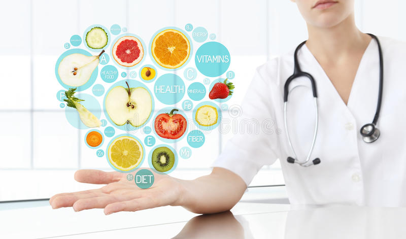 O alimento saudável suplementa o conceito, mão do doutor do nutricionista fotografia de stock