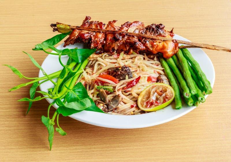 O alimento tailandês fala (kaiyang do somtam): Salada picante da papaia com salte imagem de stock