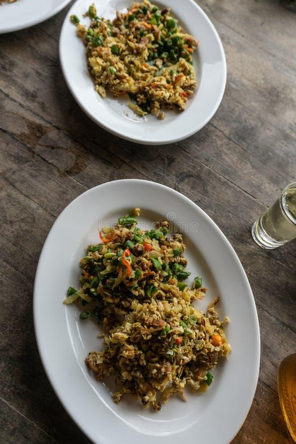O alimento tradicional do Balinese chamou lawar Lawar ? carne triturada misturada com os vegetais, feij?es longos e as especiaria imagens de stock