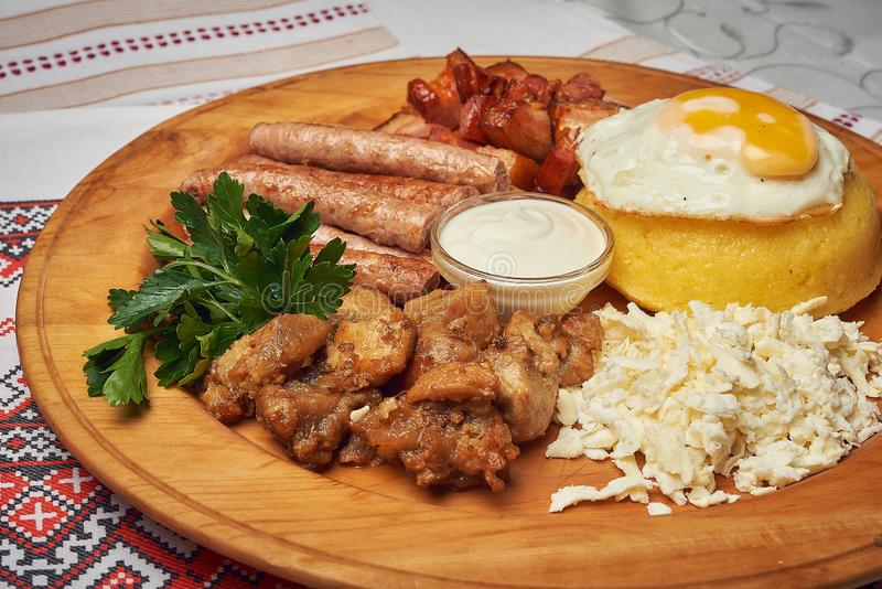 O alimento tradicional saboroso do russo ou o moldavian ou o romeno ou o ucraniano chamou o mamaliga Polenta tradicional italiano imagens de stock
