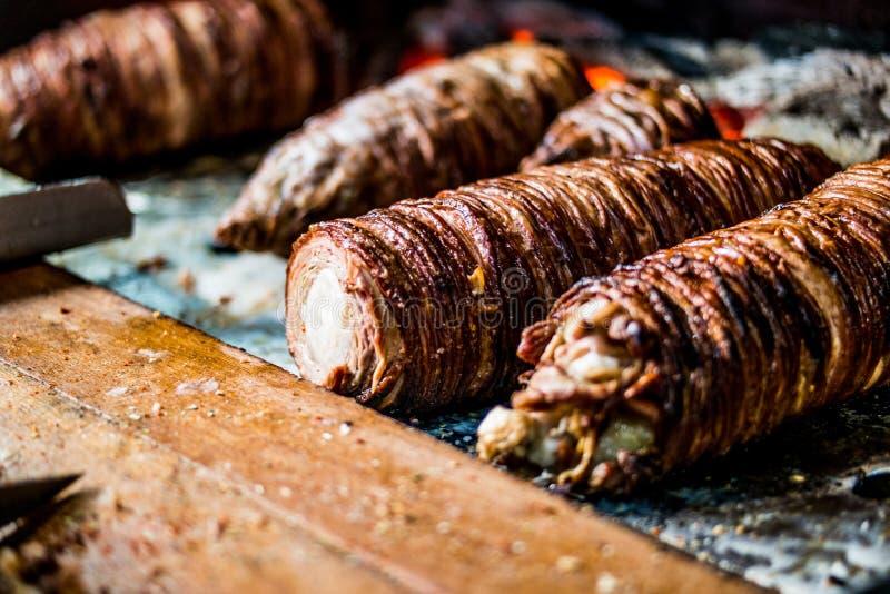 O alimento turco Kokorec da rua feito com as entranhas dos carneiros cozinhadas na madeira ateou fogo ao forno fotos de stock