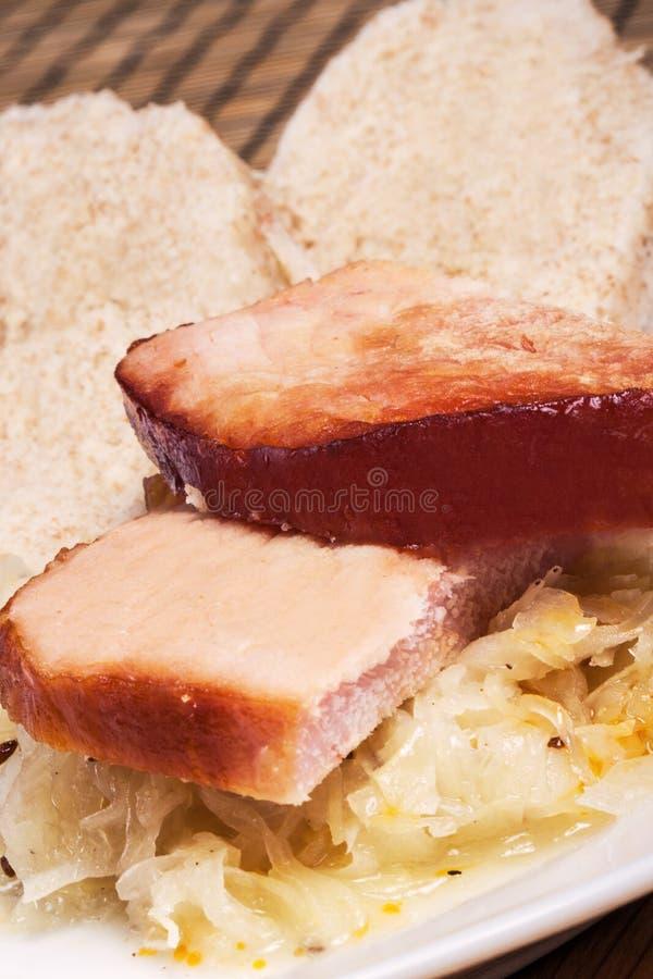 O almoço, a carne fumado com chucrute e a casa fizeram bolinhas de massa fotografia de stock royalty free