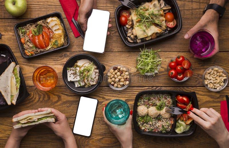 O almoço da família em casa com refeição saudável leva embora dentro caixas fotos de stock
