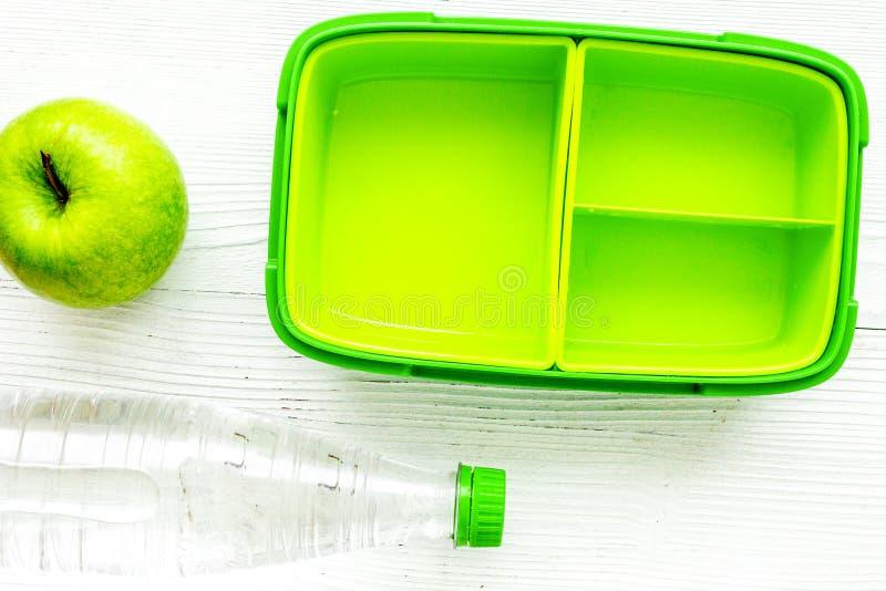 O almoço escolar ajustou-se com a garrafa do fundo da água e da cesta de comida a imagem de stock