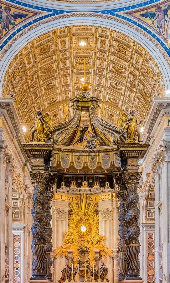 O altar da basílica do ` s de St Peter no Vaticano imagens de stock royalty free