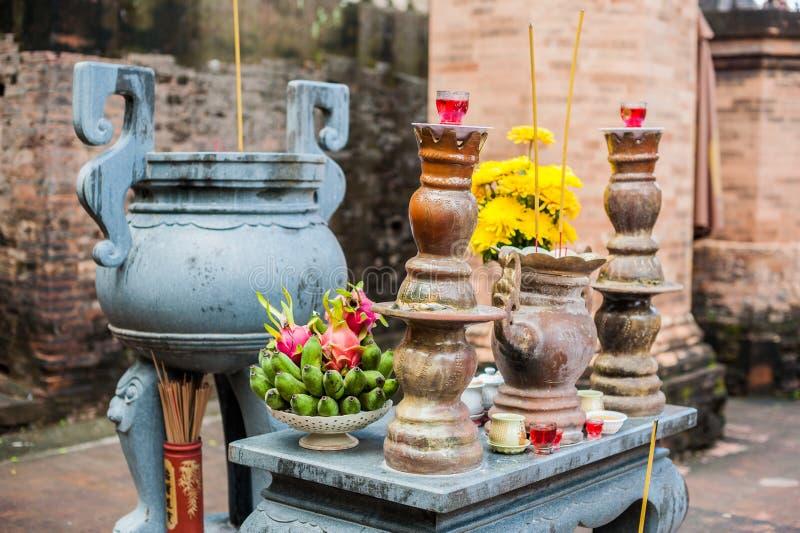 O altar para a oração em um templo budista do homem poderoso do Po Nagar eleva-se fotografia de stock royalty free