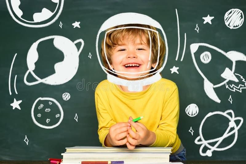O aluno ou a criança em idade pré-escolar feliz aprendem De volta ? escola e ao tempo feliz Escola das crian?as fotos de stock