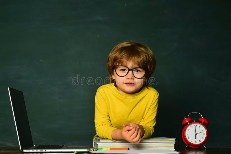 O aluno ou a crian?a em idade pr?-escolar aprendem E Crian?as que est?o atrasadas para a li??o Tempo a imagens de stock