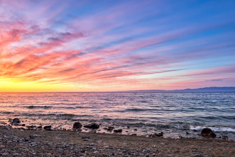 O alvorecer de ardência está na superfície do Lago Baikal imagem de stock