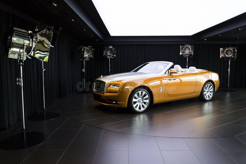 O alvorecer de Rolls royce está na sala de exposições na fábrica do carro de Goodwood fotografia de stock