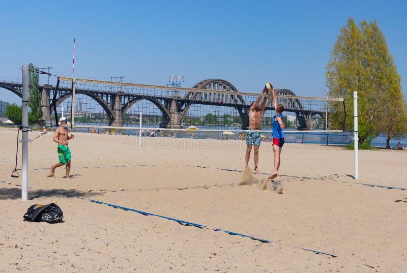 O amador emparelha o voleibol de praia do jogo em uma praia central do rio de Dnipro na mesma cidade do nome foto de stock royalty free