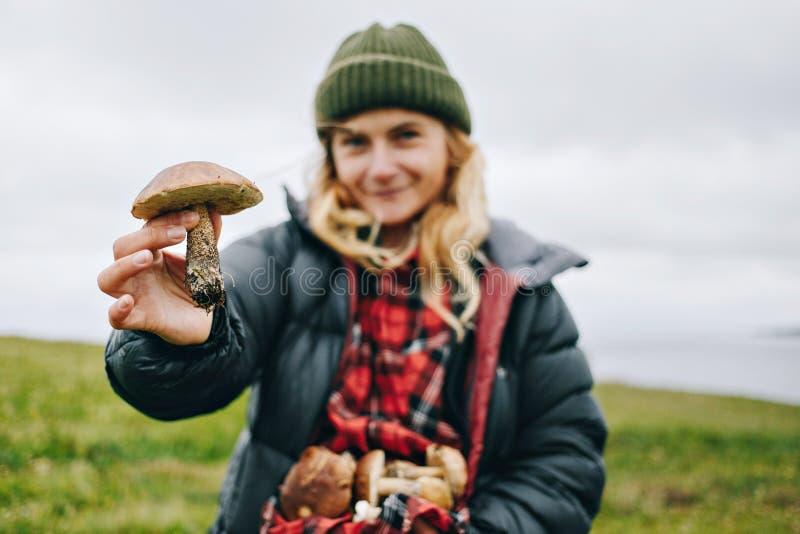 O amante de natureza da jovem mulher guarda cogumelos selvagens imagem de stock royalty free