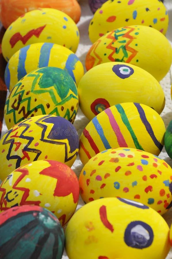 O amarelo decorou ovos de Easter fotos de stock