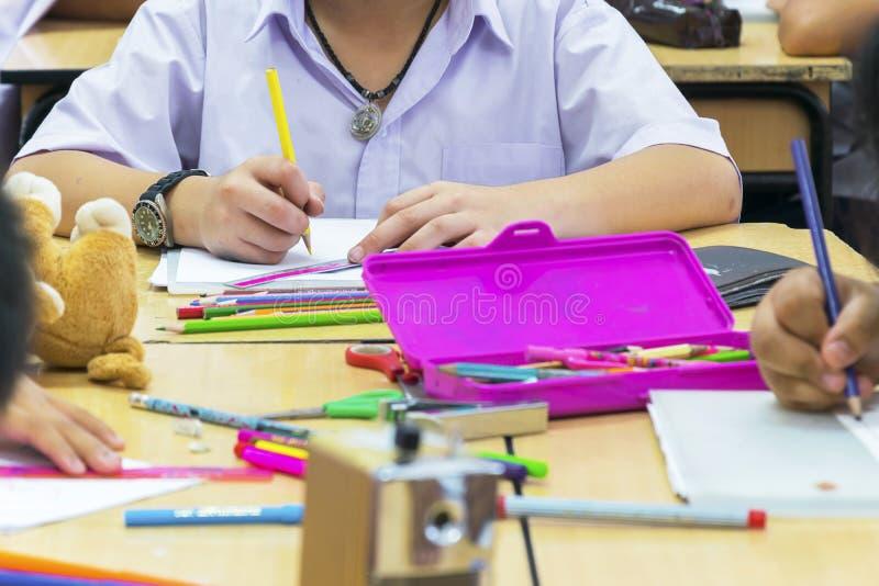 O ambiente da sala de aula em que os estudantes estão pretendendo estudar seriamente fotos de stock