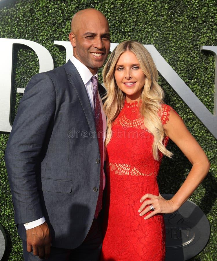 O americano aposentou-se o jogador de tênis profissional James Blake e Emily Snider no tapete azul antes da noite da inauguração  fotografia de stock royalty free