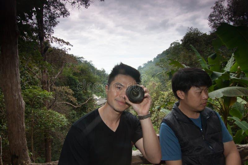 O amigo do fotógrafo que tem o divertimento foto de stock royalty free