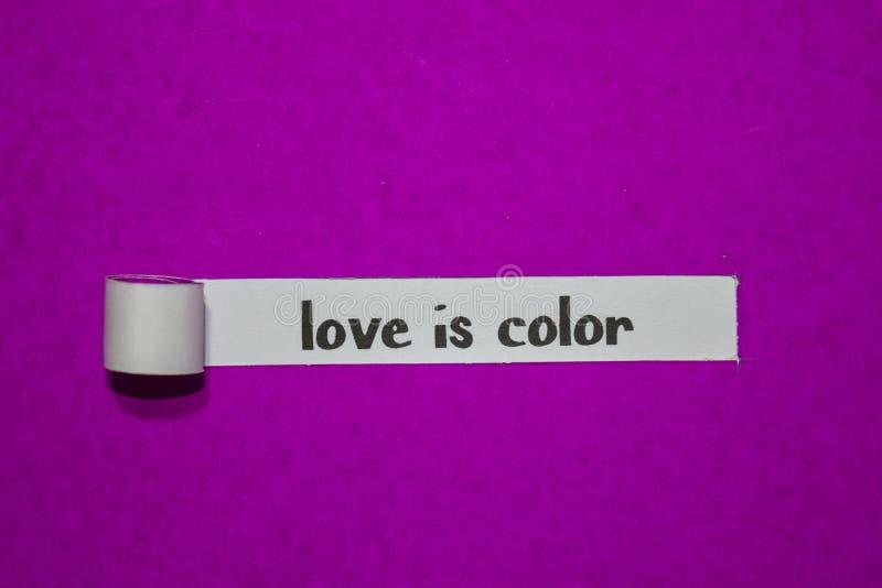 O amor é cor, conceito da inspiração, da motivação e do negócio no papel rasgado roxo fotos de stock