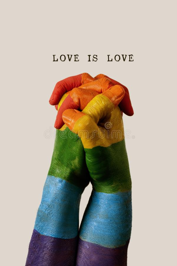 O amor da bandeira e do texto do arco-íris é amor foto de stock royalty free