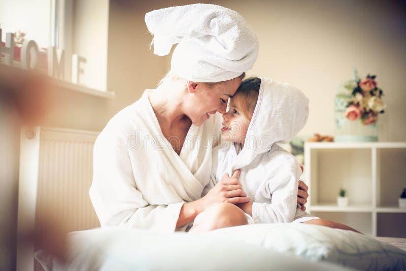 O amor da mãe e da filha é bonito imagens de stock