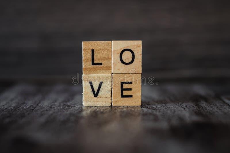 Download O Amor Da Palavra, Alinhado Com Blocos De Madeira Quadrados, Em B De Madeira Escuro Imagem de Stock - Imagem de imprimir, sentimento: 107526135