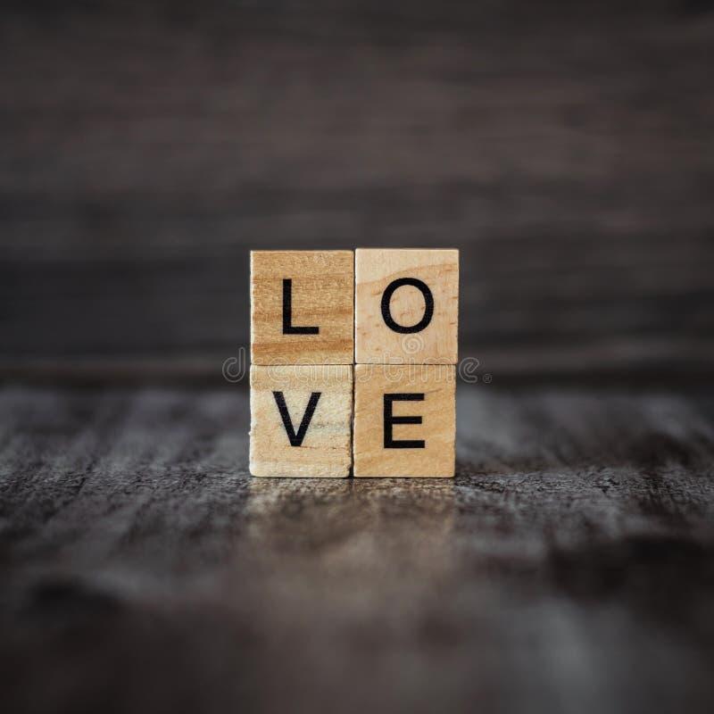 Download O Amor Da Palavra, Alinhado Com Blocos De Madeira Quadrados, Em B De Madeira Escuro Imagem de Stock - Imagem de textura, hardwood: 107526843