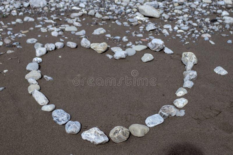 O amor está em toda parte, aqui na praia foto de stock royalty free