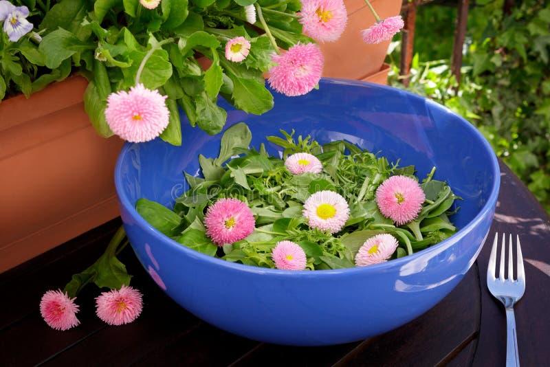 O amor perfeito comestível da salada floresce a bacia imagens de stock