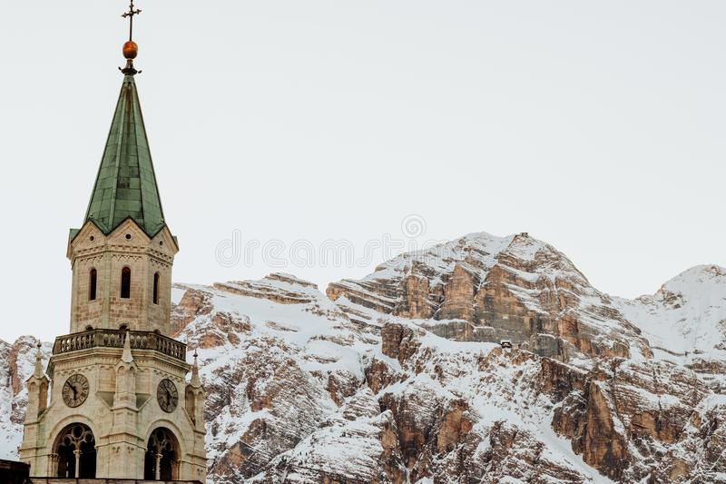 O ` Ampezzo de Ski Resort Cortina D nas dolomites no inverno foto de stock royalty free