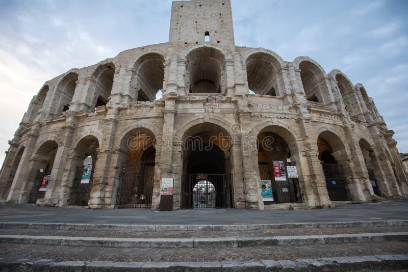 O Amphitheater romano na cidade velha de Arles em Provence no sul de France imagem de stock royalty free
