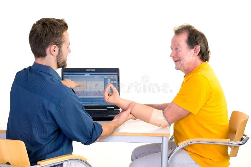 O amputado obtém a ajuda para seu braço protético imagem de stock royalty free