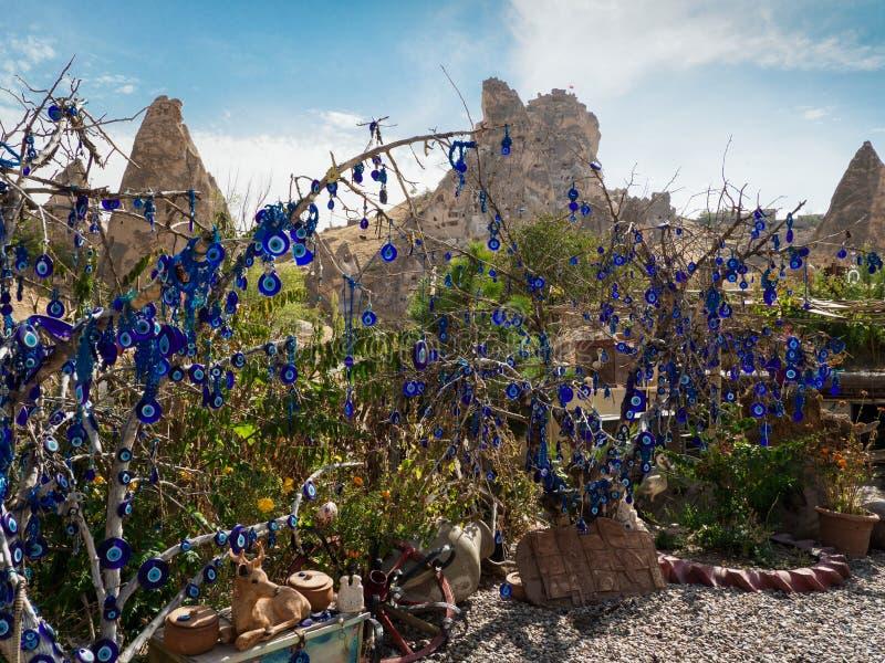 O amuleto turco do olho mau pendurado na árvore na cidade do cabo, Cappadocia fotografia de stock royalty free
