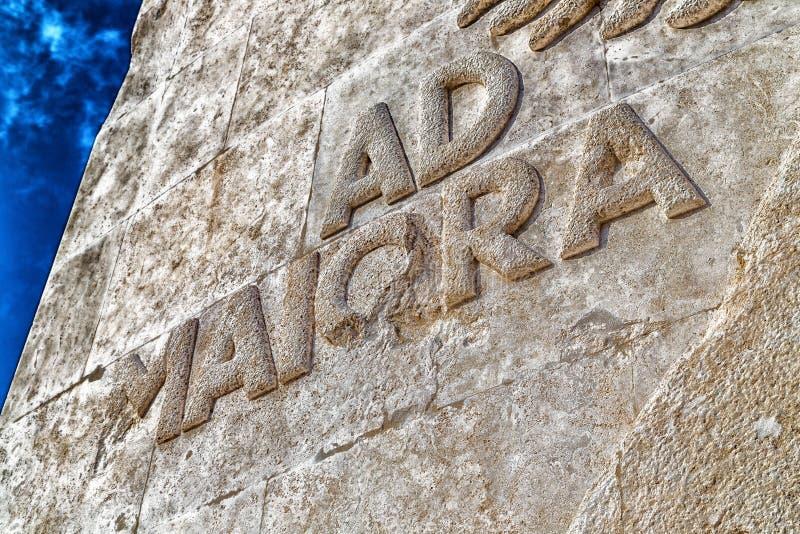 O anúncio Maiora, a frase latin ajustou-se na pedra imagem de stock