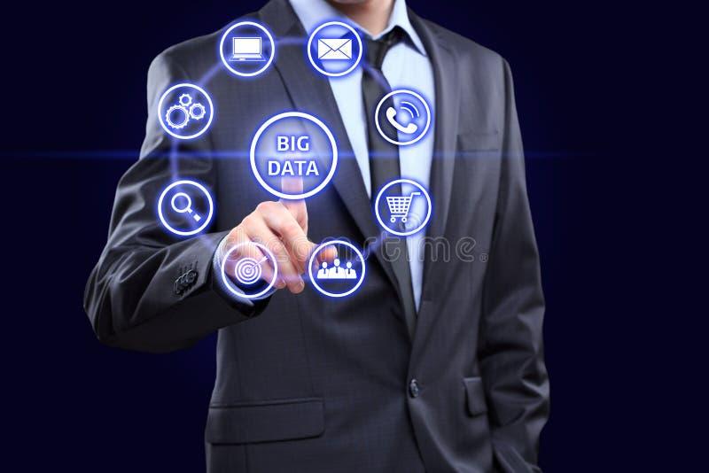 O analista clica sobre o botão com mineração de dados do texto fotografia de stock royalty free