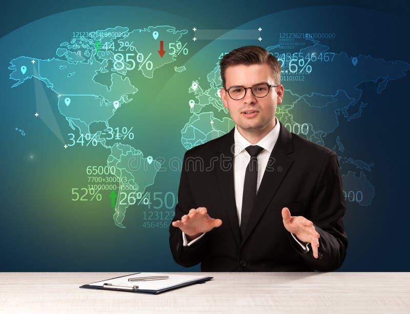 O analista de comércio do mercado é notícia de troca do mundo do relatório do estúdio com conceito do mapa imagens de stock royalty free