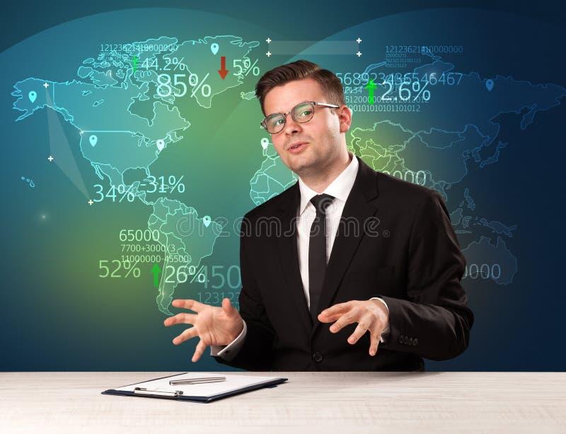O analista de comércio do mercado é notícia de troca do mundo do relatório do estúdio com conceito do mapa imagens de stock