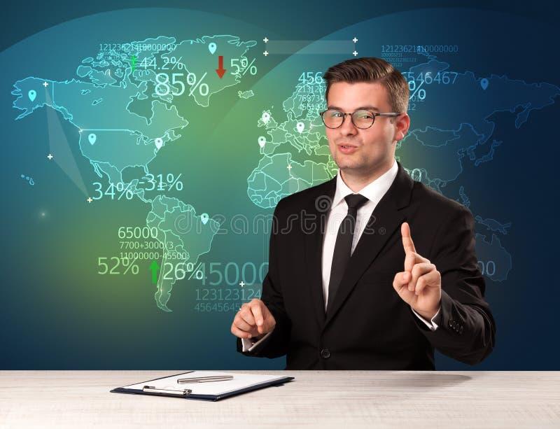 O analista de comércio do mercado é notícia de troca do mundo do relatório do estúdio com conceito do mapa foto de stock