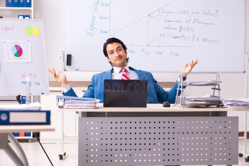O analista masculino das vendas na frente do whiteboard fotografia de stock