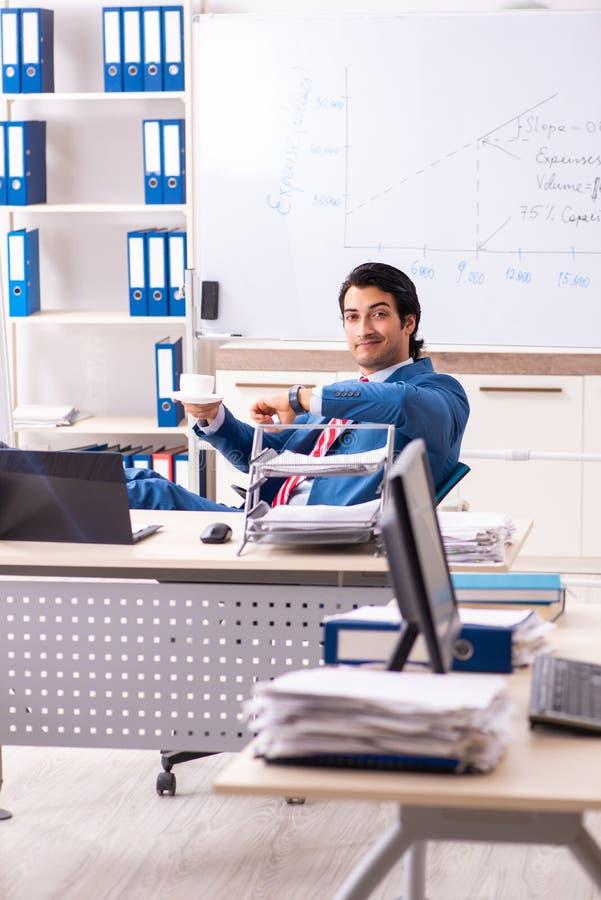 O analista masculino das vendas na frente do whiteboard imagens de stock
