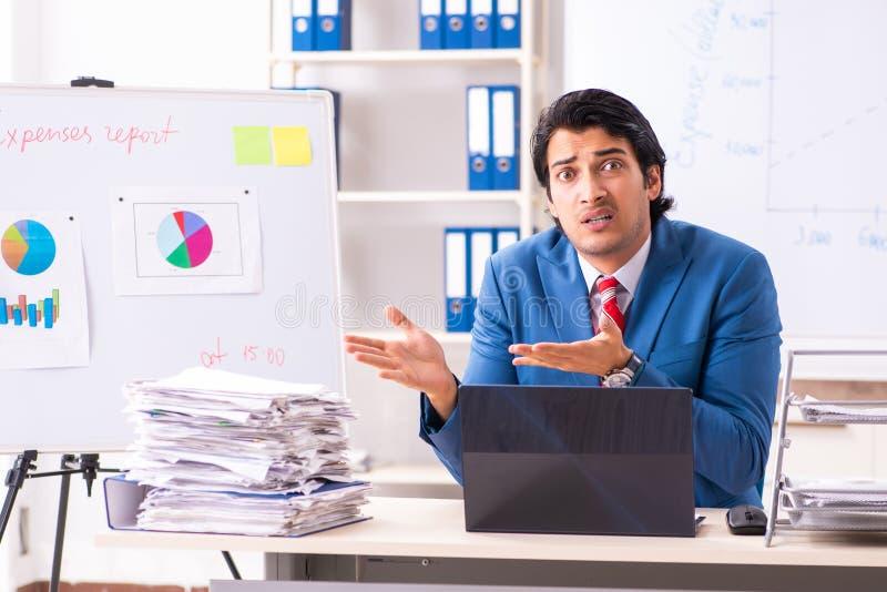 O analista masculino das vendas na frente do whiteboard fotos de stock