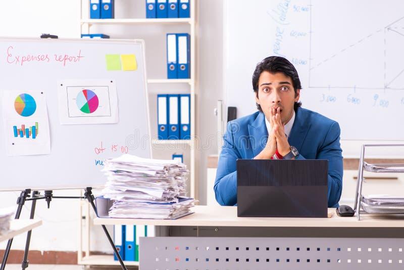 O analista masculino das vendas na frente do whiteboard fotos de stock royalty free