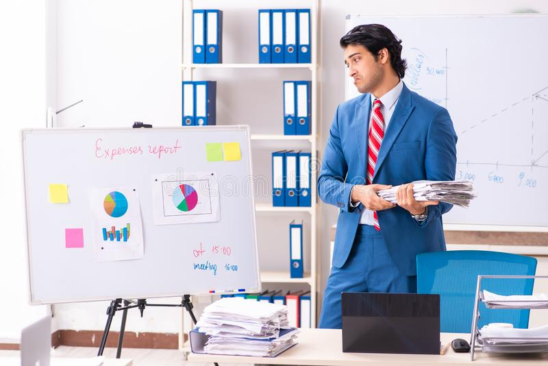 O analista masculino das vendas na frente do whiteboard imagem de stock
