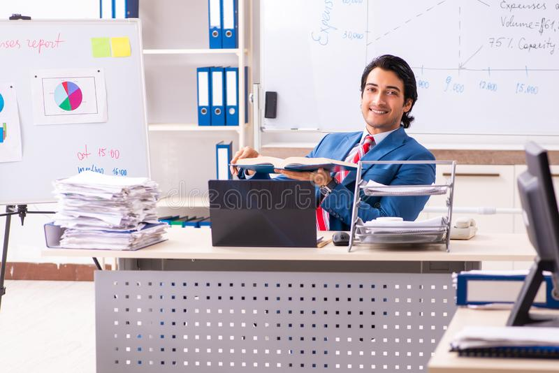 O analista masculino das vendas na frente do whiteboard imagens de stock royalty free