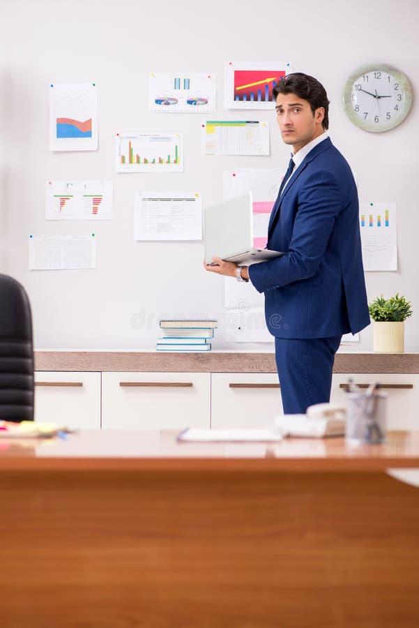 O anayst considerável novo das vendas que trabalha no escritório fotos de stock