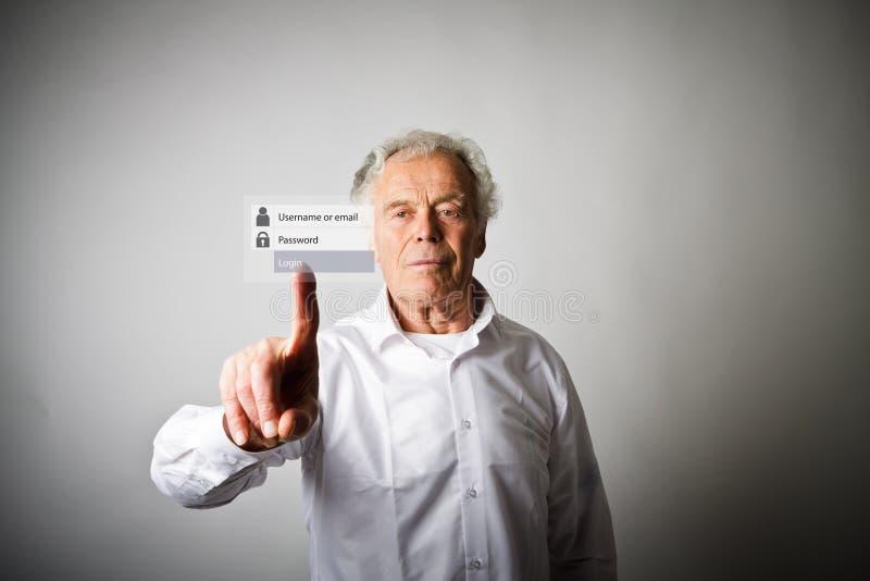 O ancião está empurrando o botão virtual Concep do início de uma sessão e da senha fotografia de stock