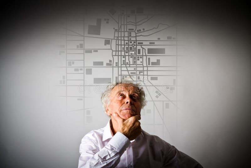 O ancião está procurando uma rota no mapa da cidade fotos de stock
