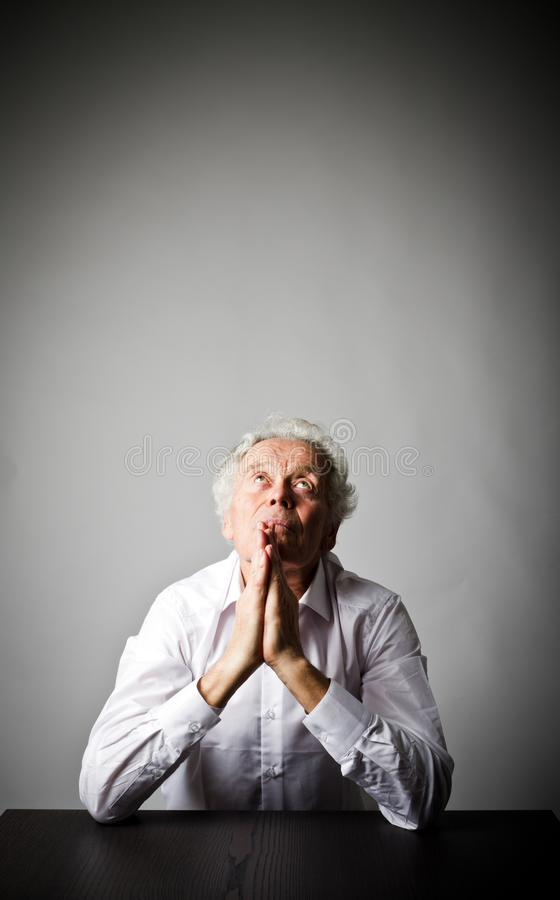 O ancião está rezando fotos de stock royalty free